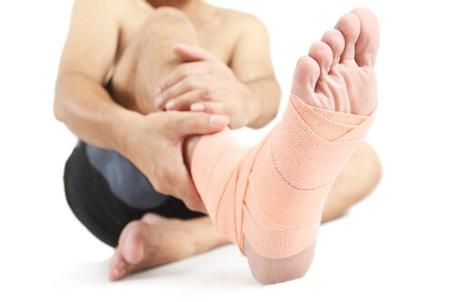 causes of swollen ankles and feet: injuries