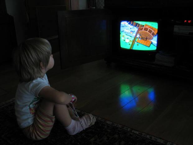 TV 앞에서 식사하는 습관이 아이들에게 미치는 해로운 영향