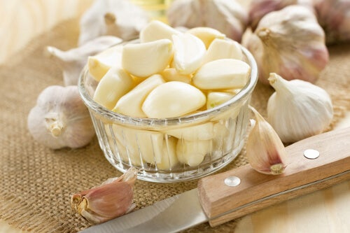 Garlic cloves to cleanse the liver