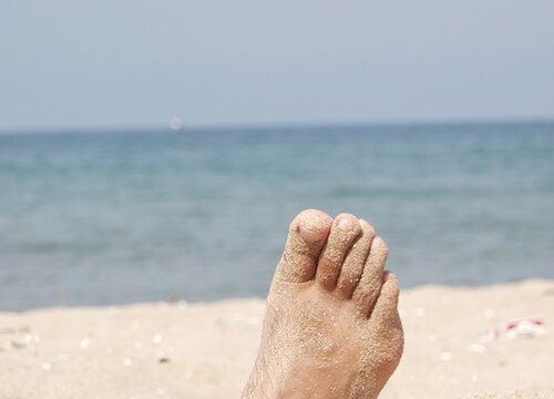 føtter i sand