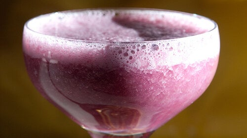 freshly blended grape smoothie helps anti-aging