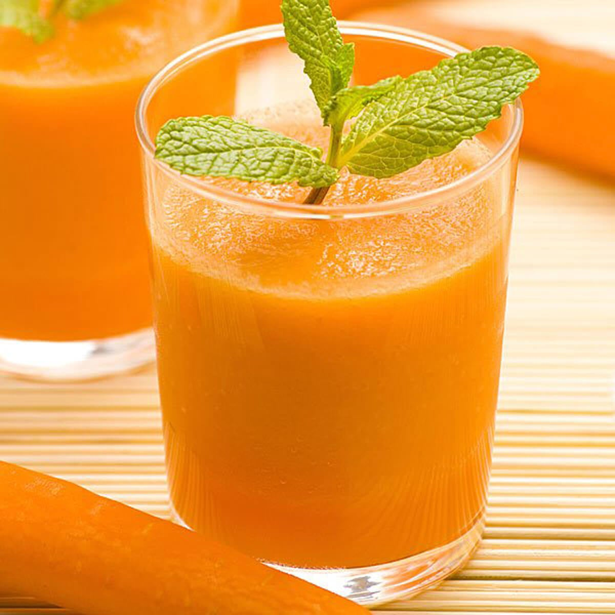 Carrot and mint juice for a sore throat