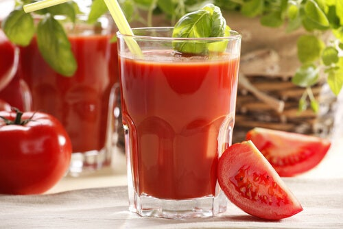 Fresh tomato juice is one of the best natural drinks for women