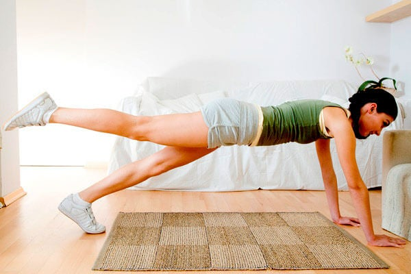 woman-doing-plank-for-weightloss