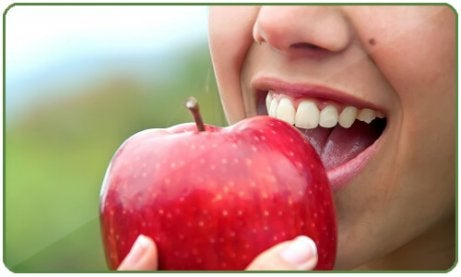 Reduce belly fat by eating apples woman eating apple