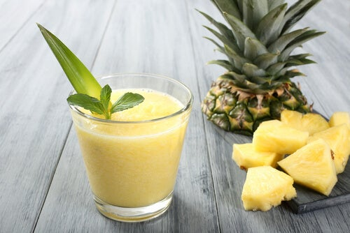 A glass of pineapple juice that can help with a white tongue