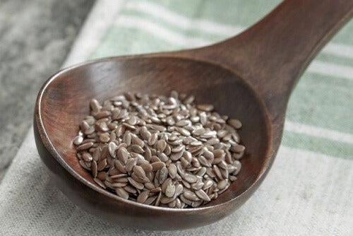 A spoon with flaxseed