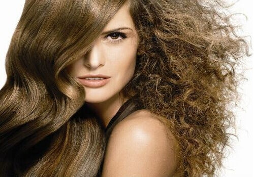 How to Tame Frizzy Hair with Natural Products