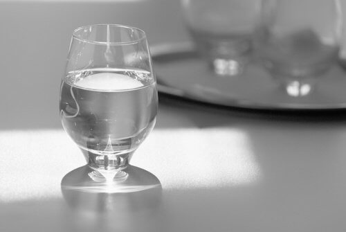 drink water while eating