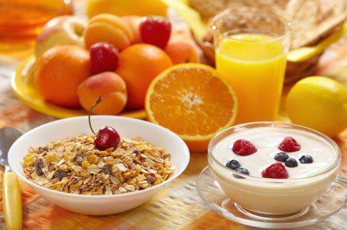 Healthy breakfast berries oats yogurt juice eat breakfast to lose weight