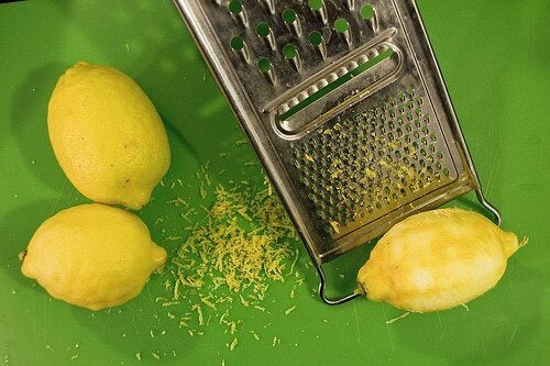 Grating lemon peel to cure joint pain