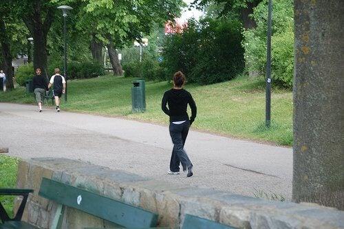 Nainen kävelylenkillä