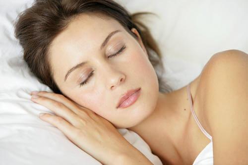 4-7-8 -tekniikka nainen nukkuu