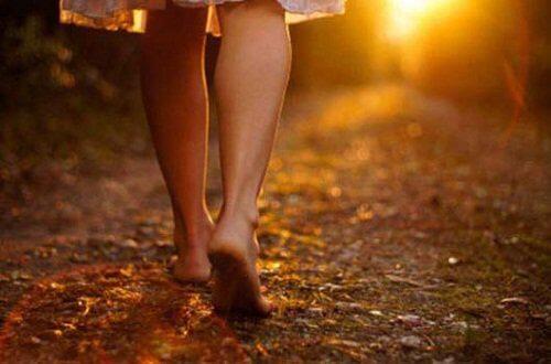 Nainen kävelee