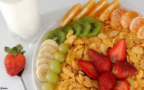 eating fruit for breakfast