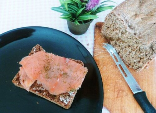 smoked-salmon-on-rye-bread-sandwich