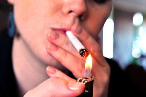 Tupakointi aiheuttaa juonteita