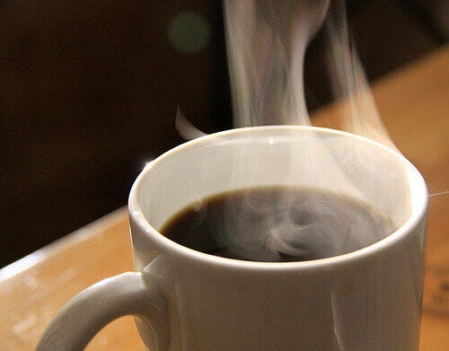 Steaming cup of coffee: is it related to hunger?
