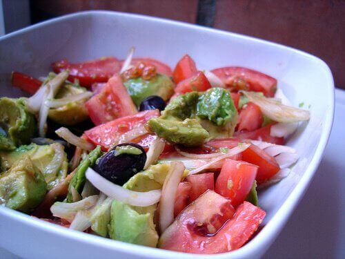 Salad with avocado onion tomatoes prevent bloating