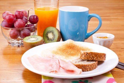 Aamurutiini aamiainen