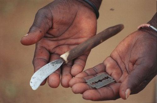 Tyttöjen ympärileikkaukseen käytettäviä välineitä