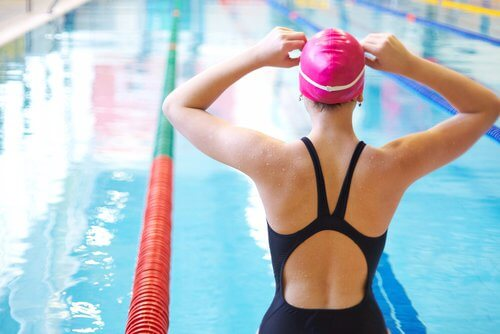 Swimming might help you prevent future knee pain.