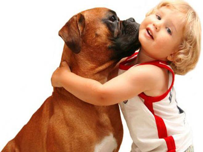 Lapsi ja koira halaavat