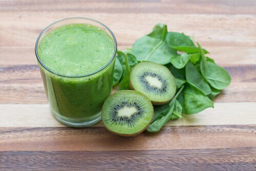 A glass of kiwi and spinach smoothie