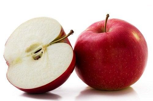 Kokonainen ja puolikas punainen omena