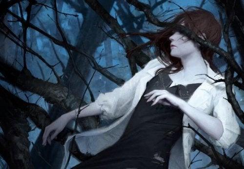 Masentunut nainen puussa