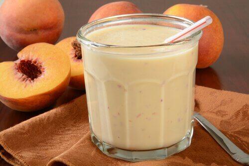 Rejuvenating smoothies with yogurt and lemon