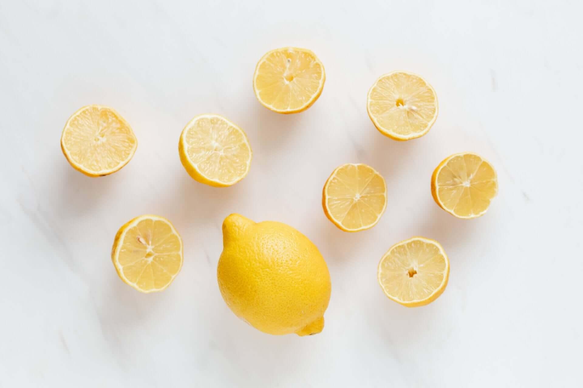 A lemon surrounded by lemon halves.