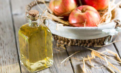 Pörröiset hiukset kuriin omenaviinietikan avulla