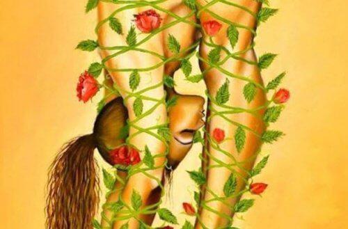 Vapaa parisuhde: nainen ruusuköynnöksissä