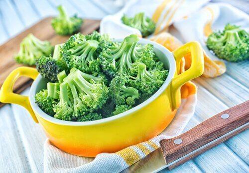 Vatsan turvotus voi johtua parsakaalin nauttimisesta