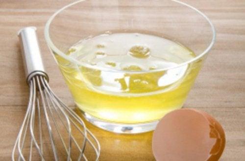 Pörröiset hiukset kuriin kananmunan avulla