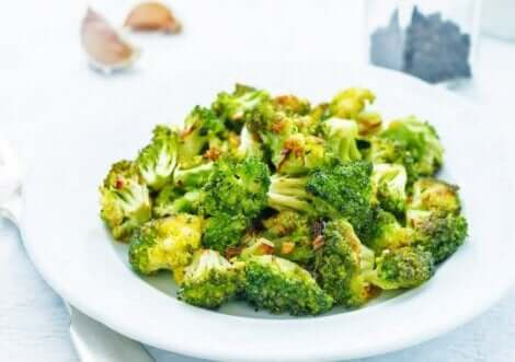 A bowl of broccoli florets.