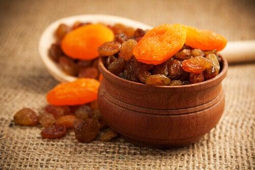 Kuivatut aprikoosit ja rusinat