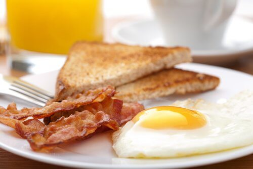 Aamiainen paistetulla kananmunalla