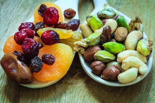 Kuivattuja hedelmiä ja pähkinöitä