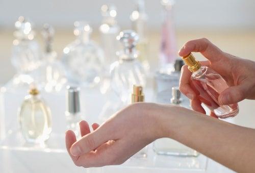 Nainen kokeilee eri hajuvesiä