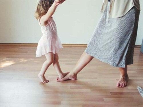 Lasten kasvatus tanssi lapsen kanssa