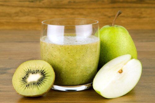 Pear kiwi and linseed smoothie