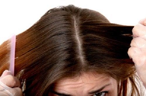 Nainen kampaa hiuksensa