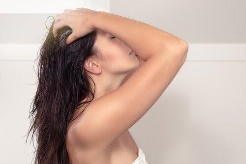 Hoida hiukset omenaviinietikalla