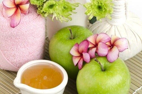 Anti-aging apple mask flowers apple and honey