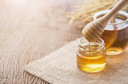 Honey is one way to store aloe vera gel.