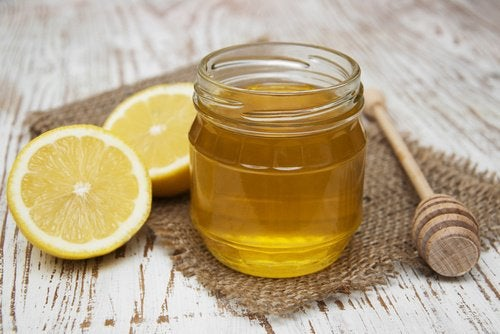 Suorista hiukset hunajan ja sitruunan avulla
