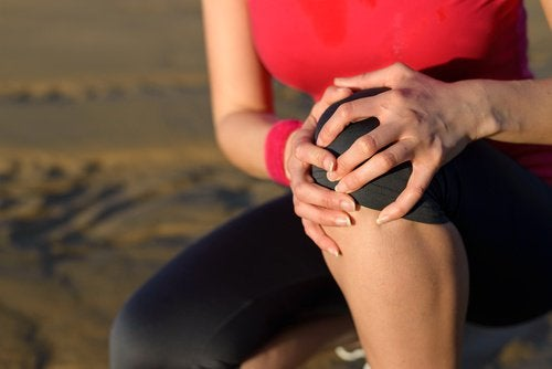 woman knee pain