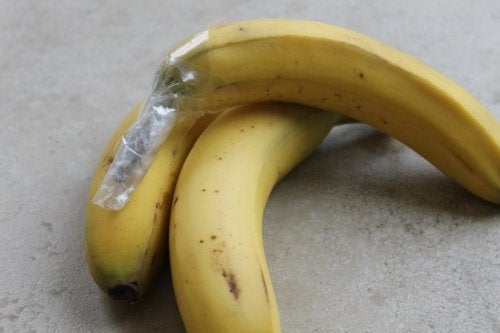 Banaanit muovikääreessä